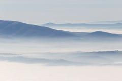 雾海与小山和山的 图库摄影