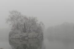 雾海岛 库存照片