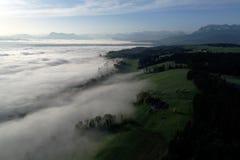 雾海的鸟瞰图在山麓小丘的一个春天早晨 库存照片