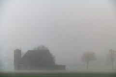 雾的农场 免版税库存照片