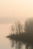 雾的海岛在黎明 免版税库存照片