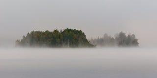 雾的海岛 免版税图库摄影