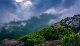 雾的蓝色里奇,看见从崎岖的石峰,在蓝色附近 免版税库存照片