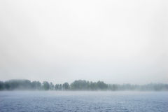 雾的风大浪急的海面 库存照片