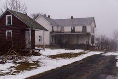 雾的-阿巴拉契亚山脉-西维吉尼亚被放弃的议院 库存照片