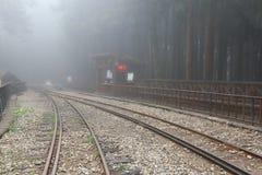 雾盖的铁路轨道 库存图片