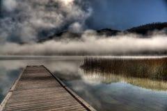 雾盘旋的湖  免版税库存照片