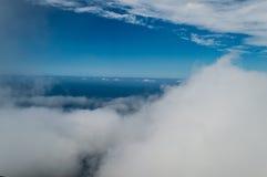 雾蓝天和海  免版税库存照片