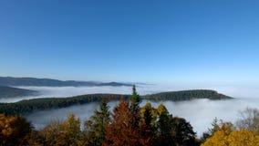 雾运动海洋在照相机下的 在阿尔萨斯的伟大的阴云密布 从山的上面的全景 影视素材