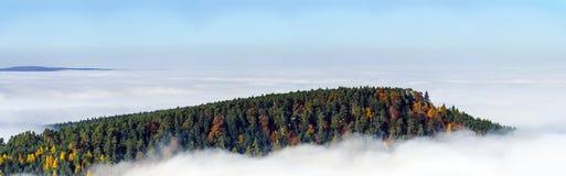 雾运动海洋在照相机下的 在阿尔萨斯的伟大的阴云密布 从山的上面的全景 库存图片