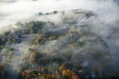雾鸟瞰图在巴恩,缅因的 免版税库存图片