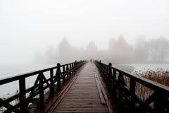 雾围拢的中世纪城堡 库存图片
