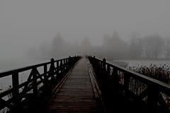 雾围拢的中世纪城堡 免版税库存图片