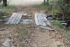 需要修理的老木桥 免版税图库摄影