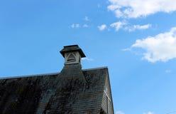 需要修理的老,被风化的屋顶,报道在重的青苔和霉 免版税图库摄影