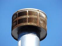 需要打扫的生锈的金属烟囱 免版税库存照片
