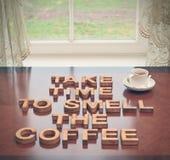 需要时间嗅到咖啡 库存照片