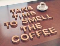 需要时间嗅到咖啡 免版税库存照片