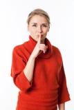 需要沈默和谨慎与索引的愉快的妇女在嘴唇 免版税库存图片