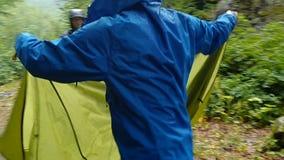 震动他们的帐篷的雨衣hoodeys的两个登山人在乔治亚在slo mo 股票录像