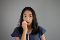 震动和恐惧亚洲人妇女 库存照片