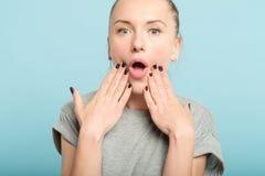 震动妇女开放嘴情感表情 免版税库存照片