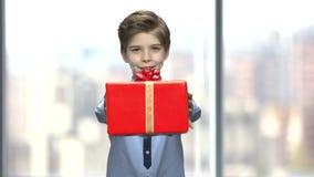 震动有礼物的男孩一个箱子 股票录像
