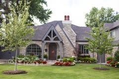 震动有美国国旗匾的房子在被成拱形的前门和美好环境美化并且装喷水器去 库存照片