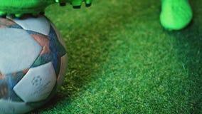 震动球关闭的足球运动员  股票录像