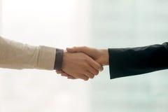 震动男性和女性的手,与拷贝spac的企业握手 免版税库存照片
