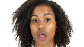 震动的黑人妇女,面孔接近的,白色背景 库存图片