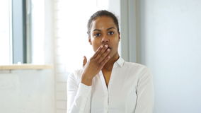 震动的黑人妇女 股票视频