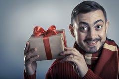 震动礼物盒和微笑的快乐的人 库存图片