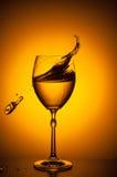 震动葡萄酒杯 库存图片