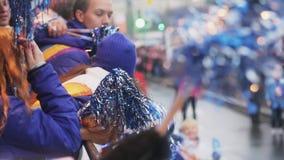 震动从公共汽车的志愿者pom pom 上涨 索契奥林匹克圣火接力赛在圣彼得堡 影视素材