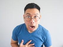 震惊亚裔人的滑稽的面孔 免版税库存图片