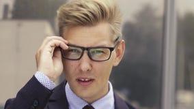 震惊商人画象  惊奇射击玻璃的年轻英俊的白种人人和看看照相机 股票视频