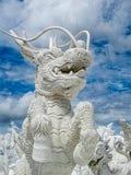 震惊大白色龙雕塑 免版税库存图片