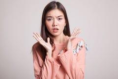 震惊年轻亚裔妇女 免版税库存照片