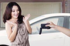 震惊的女孩看起来,当上一辆新的汽车 免版税库存照片