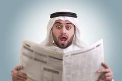 震惊的阿拉伯生意人newspape读取 库存照片