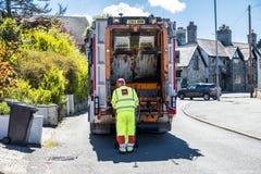 霍利黑德威尔士- 2018年4月30日:垃圾van cleaning容器 库存图片