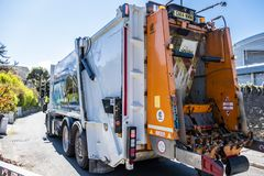 霍利黑德威尔士- 2018年4月30日:垃圾van cleaning容器 库存照片