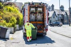 霍利黑德威尔士- 2018年4月30日:垃圾van cleaning容器 免版税图库摄影