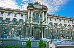 霍夫堡宫国立图书馆在有人的维也纳 免版税库存图片
