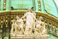 霍夫堡宫皇家宫殿屋顶雕象在Vien的中心 库存图片