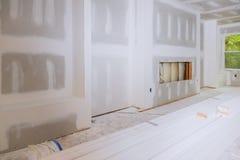 霍尔与干式墙的房子内部完全地安装了并且绘了墙壁 图库摄影