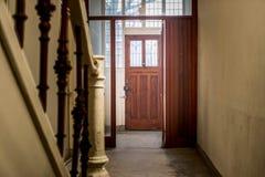 霍尔入口在一个老和黑暗的房子里 库存图片