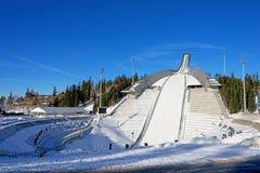 霍尔门科伦跳高滑雪在奥斯陆挪威晴朗的冬日 库存图片