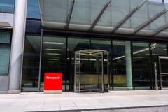 霍尼韦尔在总部修造的公司商标 免版税库存照片